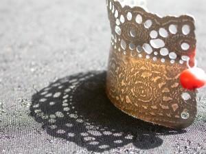 Kantwerk – armband – zilver, antieke glasgitten, bloedkoraal