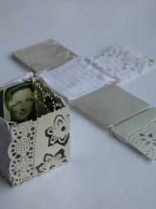 Ik zou je in een doosje willen doen - zilver, gesteven kant en stof van de Walcherse muts