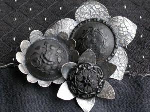 Knoopwerk – broche – zilver, antieke glazen en hoornenknopen